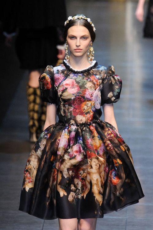 model purtand o rochie de inspiratie victoriana