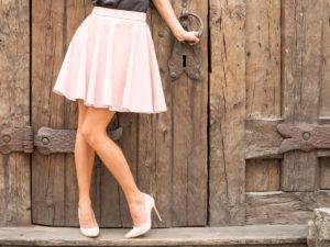 Femeie imbracata elegant cu fusta si tocuri